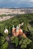 Flyg- sikt av en kyrka på den Petrin kullen i Prague Royaltyfria Foton