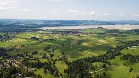 Flyg- sikt av en liten stad i de alpina bergen Royaltyfri Fotografi