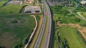 Flyg- sikt av en motorväg Stigande ned skottbilkörning förbi vägen Trafik på huvudvägen längd i fot räknat 4K från surret arkivfilmer