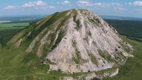 Flyg- sikt av en pärla av Bashkortostan - Shihan Toratau stock video