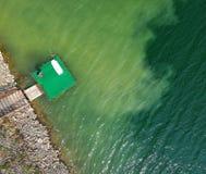 Flyg- sikt av en ponton på en sjö arkivbilder