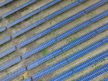 Flyg- sikt av en sol- lantg?rd producera ren f?rnybar solenergi arkivfoto