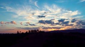 Flyg- sikt av en solnedgång Bygdsikt fantastisk liggande Stor färger och kontrast lager videofilmer