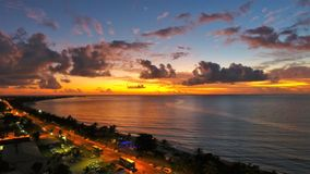 Flyg- sikt av en soluppgång på stranden Stor strandplats royaltyfri foto