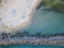 Flyg- sikt av en strand med kanoter, fartyg och paraplyer Pir av Pizzo Calabro, Calabria, Italien royaltyfria bilder