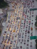 Flyg- sikt av en trafikstockning i Los Angeles royaltyfria foton