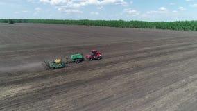 Flyg- sikt av en traktor med en planterflyttning till och med field_1en lager videofilmer