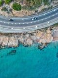 Flyg- sikt av en väg och ett hav fotografering för bildbyråer