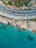 Flyg- sikt av en väg och ett hav arkivfoton