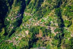 Flyg- sikt av en väg och små hus i nunnans dal royaltyfri fotografi