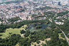 Flyg- sikt av engelskaträdgården, Munich Arkivbilder