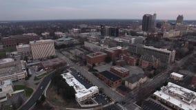 Flyg- sikt av enkelriktade gator för Raleigh centrum, trafikrörelse och byggnader stock video