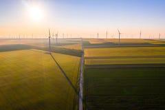 Flyg- sikt av Eolian generatorer i ett härligt vetefält Eolian turbinlantgård Kontur f?r vindturbin Vindfältturbiner Wi fotografering för bildbyråer