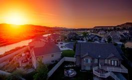Flyg- sikt av ett förorts- hus på solnedgången royaltyfri fotografi