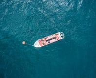 Flyg- sikt av ett fartyg i havet royaltyfria foton