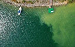 Flyg- sikt av ett fartyg och en ponton på en sjö royaltyfria bilder