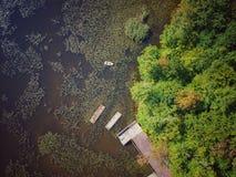 Flyg- sikt av ett fartyg och en ponton på en sjö fotografering för bildbyråer