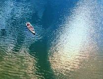 Flyg- sikt av ett fartyg på en sjö royaltyfri fotografi