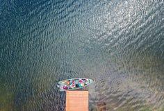 Flyg- sikt av ett fartyg på en sjö royaltyfri foto