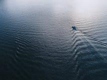 Flyg- sikt av ett fartyg på havet eller sjön Fotografering för Bildbyråer