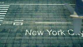 Flyg- sikt av ett flygplan som ankommer till den New York City flygplatsen Lopp till tolkningen för Förenta staterna 3D Royaltyfri Foto