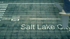 Flyg- sikt av ett flygplan som ankommer till den Salt Lake City flygplatsen Lopp till tolkningen för Förenta staterna 3D Royaltyfri Fotografi