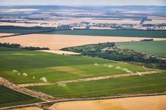 Flyg- sikt av ett landskap med det bevattnade fältet fotografering för bildbyråer