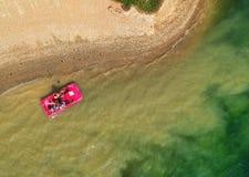 Flyg- sikt av ett rött fartyg på en sjö arkivbild