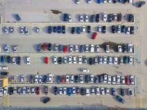 Flyg- sikt av ett stort antal bilar av olika märken och Co arkivfoton