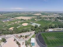 Flyg- sikt av fält för Niwot högstadiumsportar Arkivfoton
