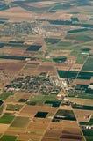 Flyg- sikt av fält för skörd för lantgårdland i USA Royaltyfria Bilder