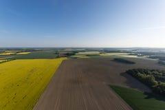 Flyg- sikt av fält i morgonen Arkivfoton