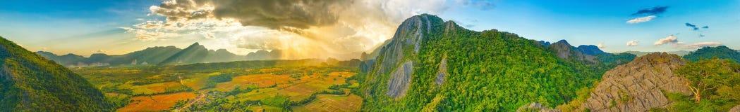Flyg- sikt av fälten och berget Härlig landskappano Arkivbild