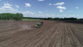 Flyg- sikt av fältet med traktoren och seederen arkivfilmer