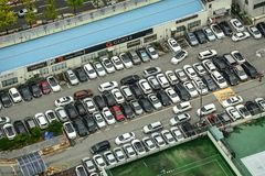 Flyg- sikt av färgrika bilar på parkeringsplatsen royaltyfria bilder