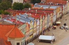 Flyg- sikt av färgrika byggnader med tak för röd tegelplatta på den medeltida fyrkanten i Telc Turister går SOMMAREN landskap arkivbilder