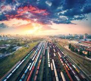 Flyg- sikt av färgrika fraktdrev järnväg station Fotografering för Bildbyråer