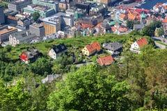 Flyg- sikt av färgrika hus på berget i Bergen royaltyfria bilder
