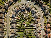 Flyg- sikt av förorts- hus i Ipswich, UK U-formig gata arkivfoto