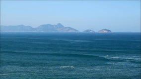 Flyg- sikt av försiktiga vågor för Atlantic Ocean ` s, Copacabana strand, Rio de Janeiro, Brasilien, Sydamerika arkivfilmer
