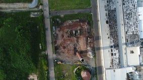 Flyg- sikt av fabriksbyggnad som demoleras stock video