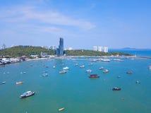 Flyg- sikt av fartyg i det Pattaya havet, strand och stads- stad med bl? himmel f?r loppbakgrund buffeln p? Oktober 29, 2012 royaltyfria bilder