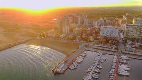 Flyg- sikt av fartyg i hamnen, med stadsbyggnader bakom arkivfilmer