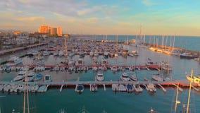 Flyg- sikt av fartyg i hamnen, med stadsbyggnader bakom stock video