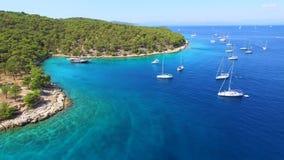Flyg- sikt av fartyg som förtöjas i Adriatiskt havet stock video