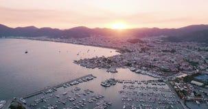 Flyg- sikt av fartyg, yachter, stad p? solnedg?ngen i Marmaris stock video