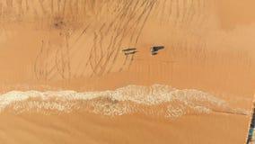 Flyg- sikt av fiskare som gjuter av under soluppgång stock video