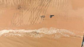 Flyg- sikt av fiskare som gjuter av under soluppg?ng arkivfilmer