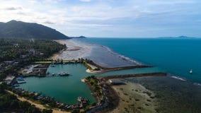 Flyg- sikt av fiskarebymarina på den tropiska ön Arkivfoton