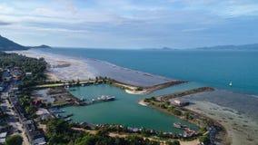 Flyg- sikt av fiskarebymarina på den tropiska ön Arkivbild